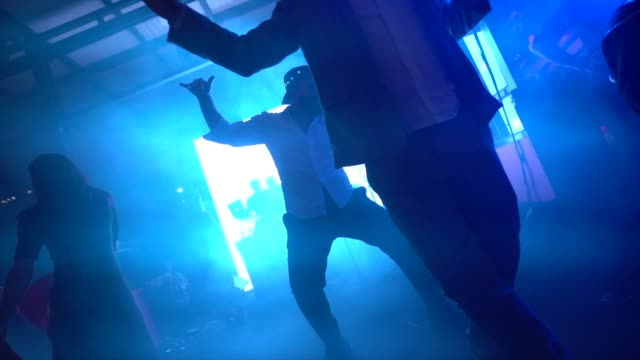 stockvideo's en b-roll-footage met bruiloftsgasten dansen tijdens het feest - herinneringen