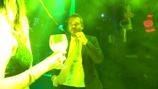 vidéos et rushes de invités de mariage dansant pendant la partie - couple marié
