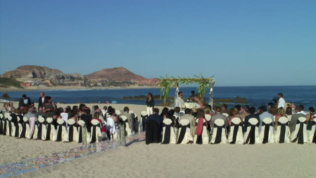 vidéos et rushes de ws, cs, ha, wedding guests waiting for ceremony on beach of cabo san lucas, mexico - tenue soignée