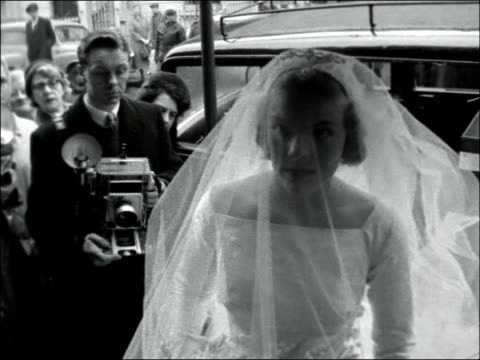vídeos de stock, filmes e b-roll de wedding of miss penelope drew and captain lawrence england london cadogan square st mary's bride arrives father out of car bridesmaids / cs bride out... - papel em casamento