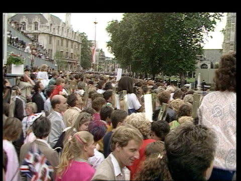 wedding of prince andrew and sarah ferguson: security; england: london: ext police officers checking handbags of crowd members along wedding carriage... - サラ ファーガソン点の映像素材/bロール