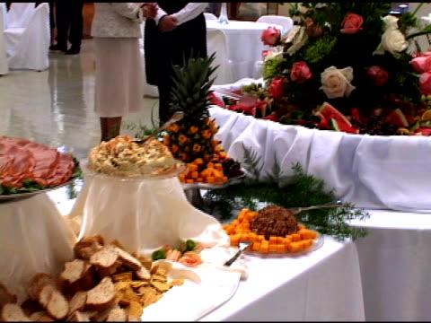 vídeos de stock e filmes b-roll de recepção de casamento alimentos-ntsc dv - trílio