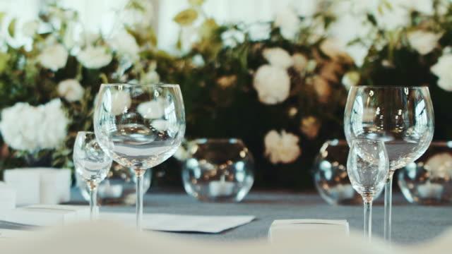Rezeption Veranstaltungsort mit weißen Blumendekoration Hochzeit