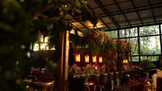 vidéos et rushes de réception de mariage avec des fleurs et le décor romantique - bouquet de fleurs