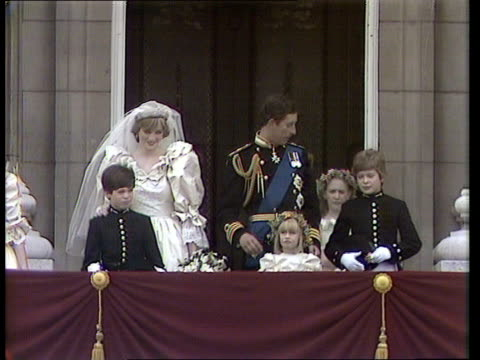 NAF wedding report ENGLAND London Buckingham Palace CMS Couple on balcony wave PULL BACK TS Crowd PAN RL TS Ditto MS Couple with India Hicks Edward...