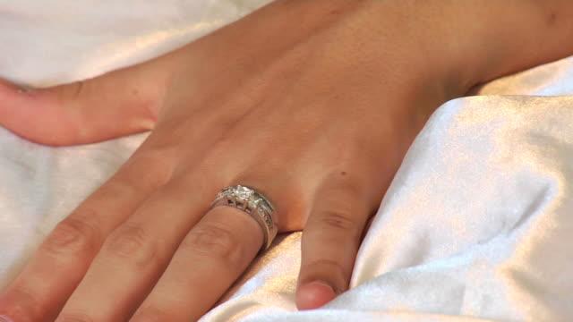 vidéos et rushes de bague de mariage - drap