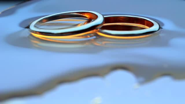 vídeos de stock, filmes e b-roll de alianças de casamento - moving activity
