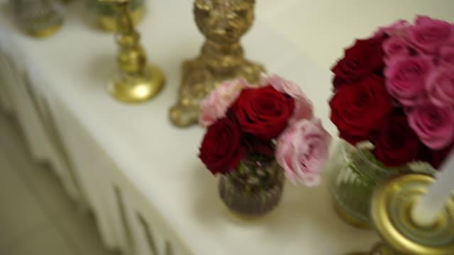 vidéos et rushes de arrangement de table de mariage - bouquet de fleurs