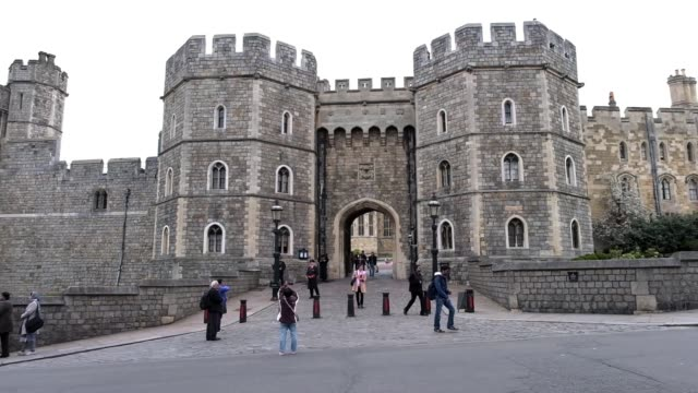 vídeos de stock e filmes b-roll de additional security has been installed at windsor castle following the westminster bridge terror attack ahead of the changing of the guard ceremony... - berkshire inglaterra