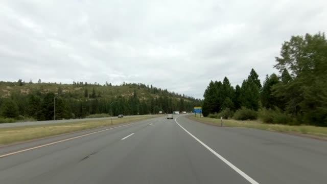 vídeos de stock e filmes b-roll de weed expressway i synced series front view driving process plate - sinal de estrada