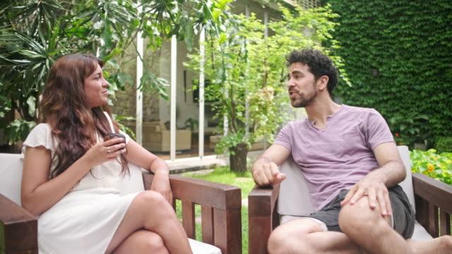 vídeos y material grabado en eventos de stock de desayuno de fin de semana y conversación al aire libre en el patio trasero - mate técnica de vídeo