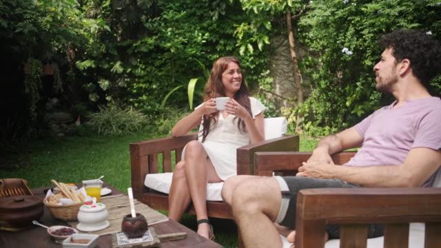 週末の朝食と会話の屋外裏庭 - ペア点の映像素材/bロール