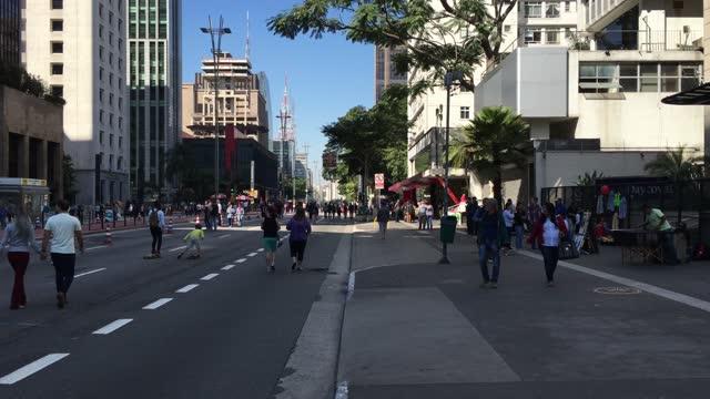 vídeos de stock, filmes e b-roll de fim de semana na avenida paulista em são paulo - domingo