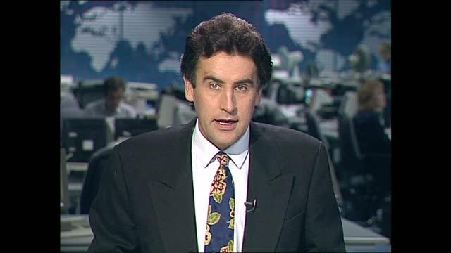 weekend lunchtime news pab; england: london: gir: int dermot murnaghan live studio - ダーモット・マーナハン点の映像素材/bロール