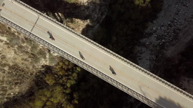 週末ランナーとリトルタジャンガキャニオン ダム橋-空中ドローン ショットのバイク - エンジェルス国有林点の映像素材/bロール