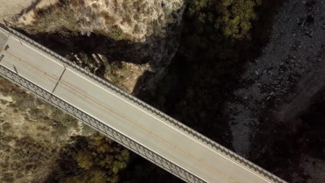 週末ランナー リトルタジャンガキャニオン ダム橋-空中ドローン ショット - エンジェルス国有林点の映像素材/bロール