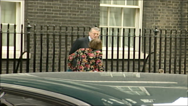weekly cabinet meeting arrivals and departures; jowell along as chatting with benn then des browne mp along and reid along with douglas alexander mp - ダグラス アレキサンダー点の映像素材/bロール