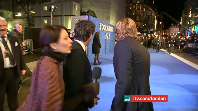 """""""week on the web""""; t04021646 / leicester square: ext **music heard sot** ben stiller live red carpet interview sot and owen wilson live red carpet... - オーウェン・ウィルソン点の映像素材/bロール"""