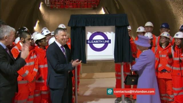 "vidéos et rushes de ""week on the web""; t23021641 / tx 23.02.16 london: boris johnson mp and crossrail staff watching queen elizabeth ii unveiling new london underground... - mener un troupeau"
