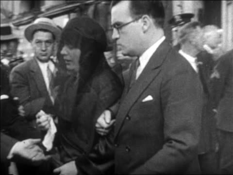 weeping pola negri being escorted to car from rudolph valentino's funeral / newsreel - 1926年点の映像素材/bロール