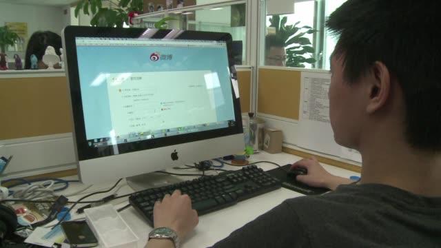 vídeos de stock e filmes b-roll de weibo el twitter chino tiene previsto entrar esta semana en la bolsa de nueva york pese a los malos resultados de los valores tecnologicos y al... - bolsa de nueva york