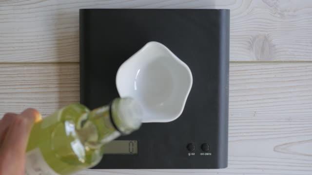 Kokosöl durch digitale Waage wiegen