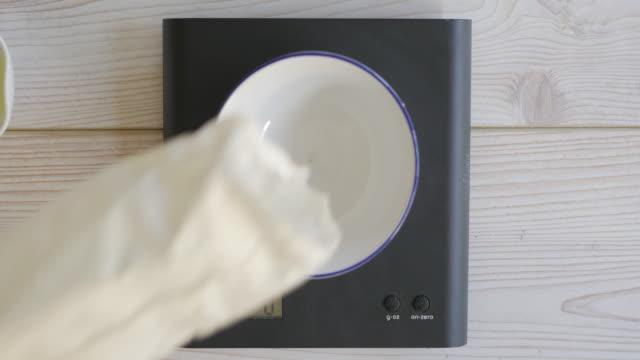 Puderzucker durch digitale Waage wiegen