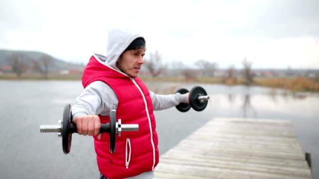 gewichtheber in der natur - handgewicht stock-videos und b-roll-filmmaterial