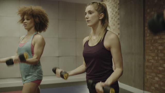 vídeos y material grabado en eventos de stock de weight lifting class - sólo mujeres jóvenes