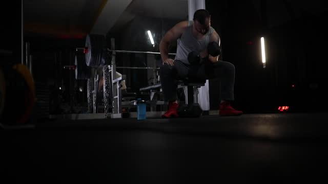 ダンベルでのウェイトトレーニング - 丸くなる点の映像素材/bロール