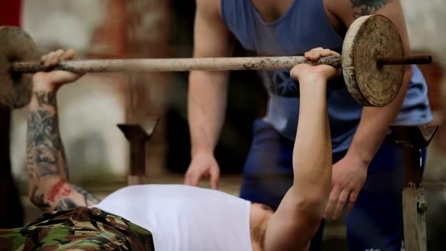 gewichtheben-klasse in drogenkartell - mut stock-videos und b-roll-filmmaterial