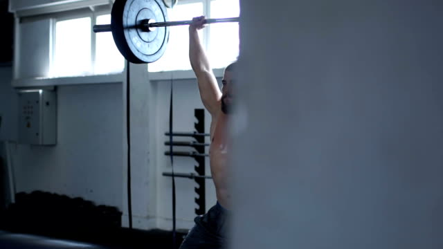 vidéos et rushes de haltérophilie aux jeux en formation gym - seulement des jeunes hommes