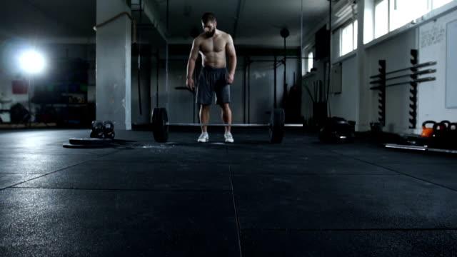 vidéos et rushes de préparation d'haltérophilie dans une salle de sport - seulement des jeunes hommes