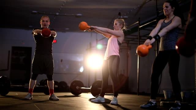 gewichtheben-training im fitness-studio - leute wie du und ich stock-videos und b-roll-filmmaterial