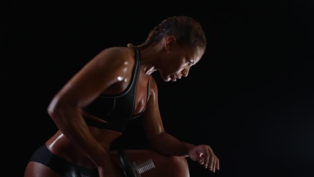 vidéos et rushes de weightlifting - sombre