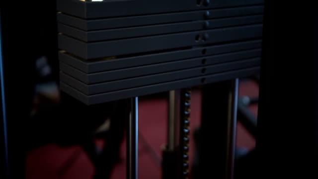 stockvideo's en b-roll-footage met gewichten bewegen op en neer, slow motion - handhaltertje