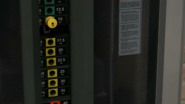 gewichte verschieben, verkleinern - trainingsraum wohnraum stock-videos und b-roll-filmmaterial