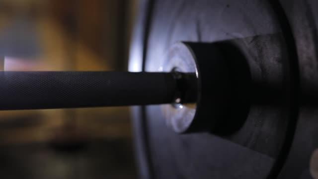 gewichte auf langhantel - schmutzig stock-videos und b-roll-filmmaterial