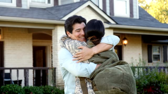 vídeos de stock e filmes b-roll de welcome home female military soldier family - regresso ao lar
