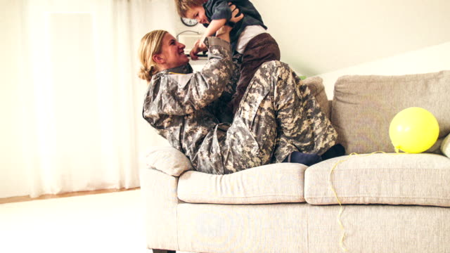 """welcome home, soldier"" mommy - soldat stock-videos und b-roll-filmmaterial"