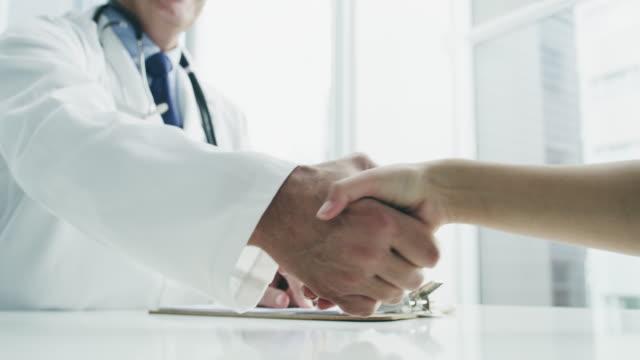 vídeos de stock e filmes b-roll de welcome - let's talk healthcare - clínica médica