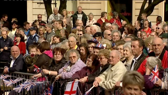 welcome parade and ceremony for troops returning from iraq england midlands leicester ext crowd waiting with placard 'welcome home lads we're proud... - welcome segnale inglese video stock e b–roll