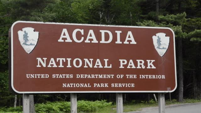 vídeos de stock, filmes e b-roll de ms welcome sign board of national park / acadia national park, vermont, united states - escrita ocidental