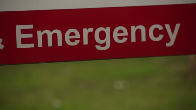 a welcome sign stands outside st thomas hospital in london united kingdom on thursday january 22 gvs of hospital signage an ambulance races past with... - welcome segnale inglese video stock e b–roll