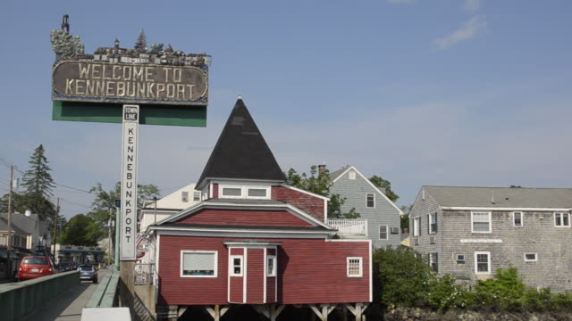 vídeos de stock, filmes e b-roll de ms welcome signboard in city / kennebunkport, vermont, united states - escrita ocidental