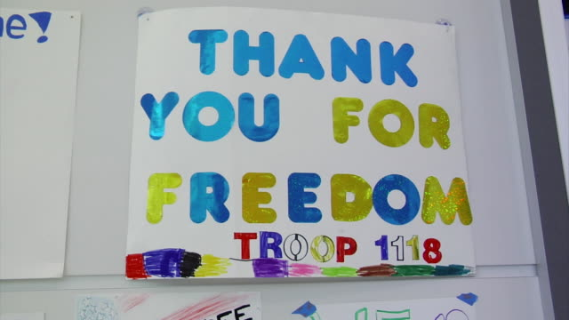 vídeos de stock e filmes b-roll de welcome signs for returning soldiers on march 21 2012 in baltimore md - fuzileiro naval