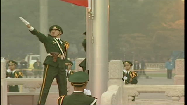 vídeos y material grabado en eventos de stock de contrasts and contradictions china beijing flag raising ceremony on national day in tiananmen square military personnel holding back crowd chinese... - mao tse tung