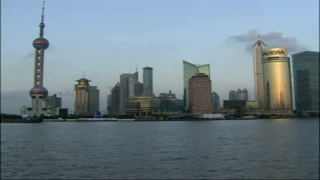 contrasts and contradictions; speeded up footage of shanghai's pudong district skyline and huangpu river in foreground going from day to night freeze... - フリーズフレーム点の映像素材/bロール