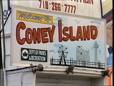 welcome to coney island sign - coney island stock-videos und b-roll-filmmaterial