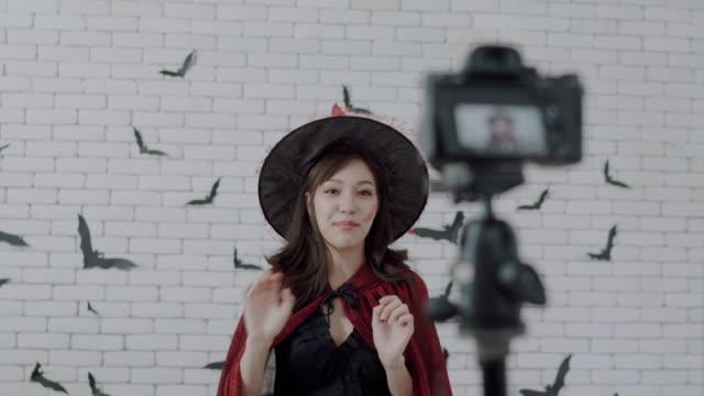 vídeos de stock, filmes e b-roll de bem-vindo para desfrutar de festa de halloween para a noite - atriz
